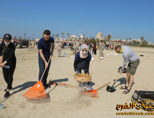 إطلاق حملة تنظيف الشاطئ الجنوبي من التسرب النفطي بمشاركة واسعة